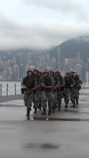 香港回归以来,驻港部队严守香港基本法和驻军法,忠实履行防务职责,已成为维护香港长期繁荣稳定的定海神针。无水印高清抖音视频